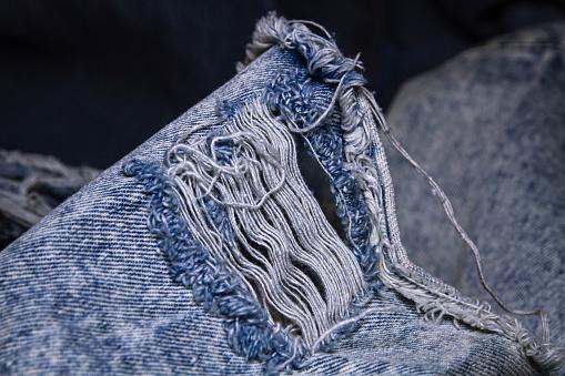 Comment porter une veste en jean déchirée?